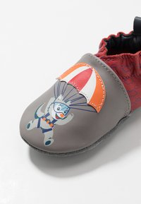 Robeez - HAPPY WOLF - First shoes - gris/rouge - 2