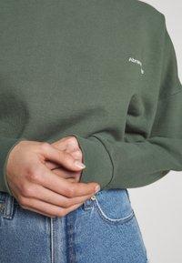 Abrand Jeans - A CROPPED OVERSIZED SWEATER - Sweatshirt - gumnut - 5
