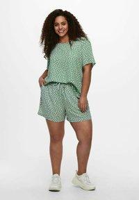ONLY Carmakoma - CARLUXINA - Print T-shirt - chinois green - 1
