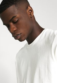 Burton Menswear London - SHORT SLEEVE CREW 3 PACK - Basic T-shirt - off white/navy/dusty - 7