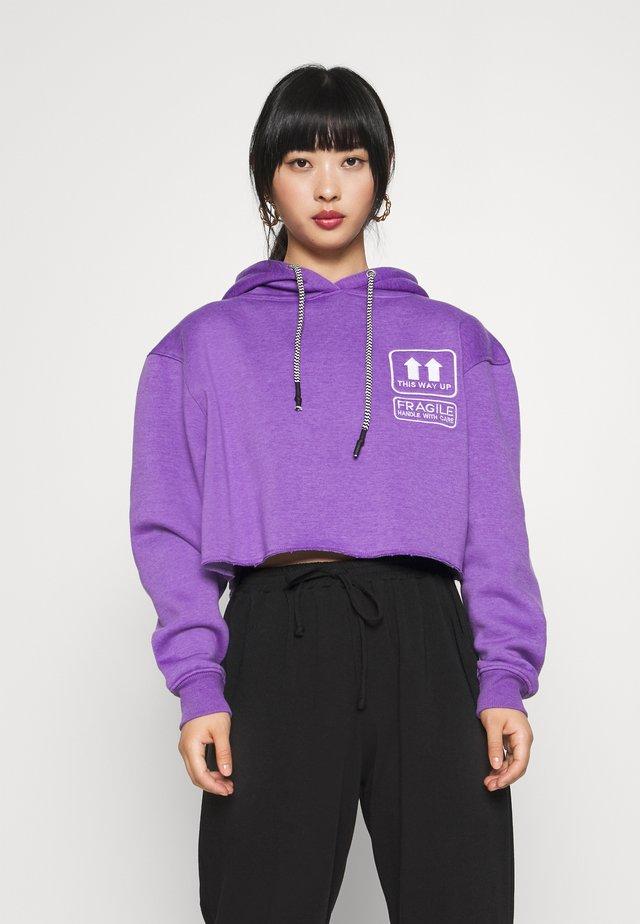GRAPHIC CROP HOODIE - Hættetrøjer - purple