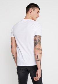 Levi's® - CREWNECK 2 PACK - Print T-shirt - white/white - 3