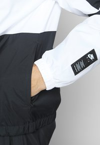 Nike Sportswear - M NSW NIKE AIR JKT WVN - Wiatrówka - white/black - 3