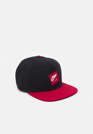 PRO - Kšiltovka - black/gym red