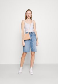 Hollister Co. - BARE GRAPHIC BABY - Top - wash - 1