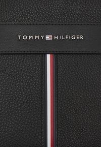 Tommy Hilfiger - DOWNTOWN MINI REPORTER UNISEX - Taška spříčným popruhem - black - 5
