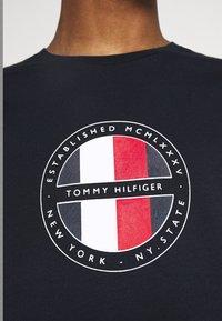 Tommy Hilfiger - CIRCULAR LOGO  - T-shirt con stampa - desert sky - 4