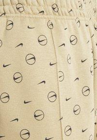 Nike Sportswear - W NSW PANT BB AOP PRNT PACK - Pantalon de survêtement - parachute beige - 5