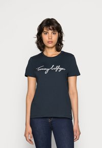 Tommy Hilfiger - HERITAGE CREW NECK GRAPHIC TEE - T-shirts print - midnight - 0