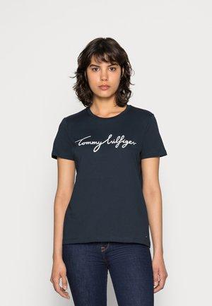HERITAGE CREW NECK GRAPHIC TEE - T-shirt z nadrukiem - midnight
