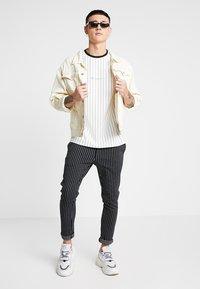 Mennace - STRIPE TEE - Print T-shirt - white - 1