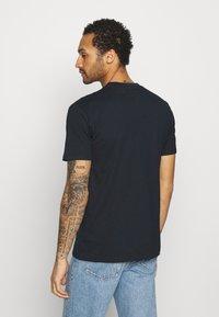 YAVI ARCHIE - WINTER NIGHTS - Print T-shirt - navy - 2