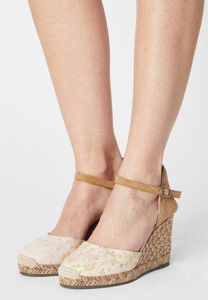 GLOBAL TERRA TINTE - Sandalen met sleehak - eucalipto
