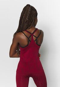 Casall - SEAMLESS LEO STRAP TANK - Top - moving red - 2
