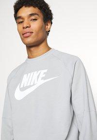 Nike Sportswear - MODERN - Bluza - smoke grey/white - 4