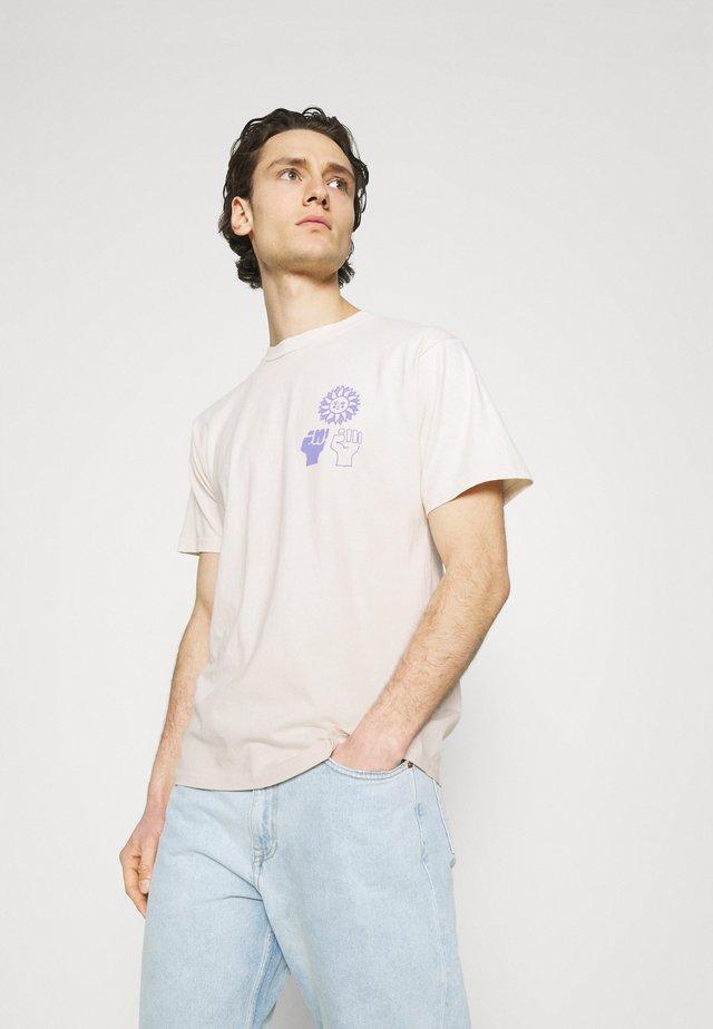 PEACE JUSTICE EQUALITY - Camiseta estampada - sago