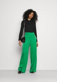 HUGO - HAREMAS - Kalhoty - medium green - 1