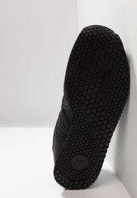 Armani Exchange - RUNNER - Matalavartiset tennarit - black - 4