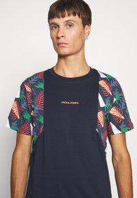 Jack & Jones - JORGRAHAM TEE  - Camiseta estampada - navy blazer - 4