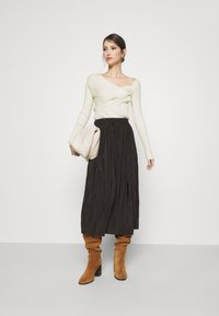 NA-KD - TWISTED FRONT TOP - Pullover - off white - 1