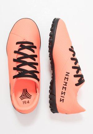NEMEZIZ 19.4 TF - Astro turf trainers - signal coral/core black/solar red