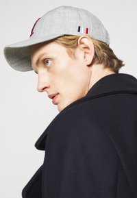 Les Deux - ENCORE BASEBALL - Cap - light grey melange/burgundy - 1