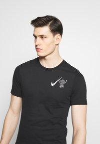 Nike Performance - WILD RUN GLOBEY - Camiseta estampada - black - 3