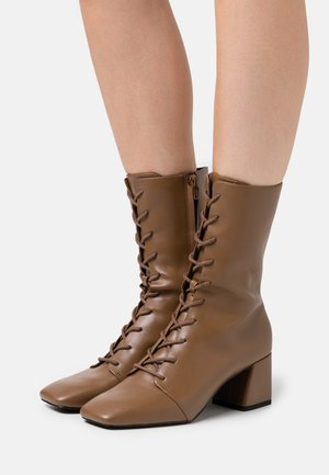 VEGAN THELMA BOOT - Lace-up boots - tan