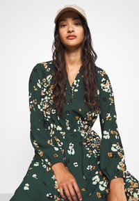 Vero Moda - VMAYA NECK DRESS - Blusenkleid - pine grove - 4
