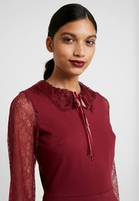 Dorothy Perkins - COLLAR DRESS - Žerzejové šaty - red - 6