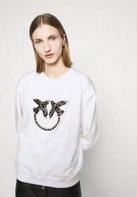 Pinko - NELLY MAGLIA FELPA DIAGONALE - Sweatshirt - white - 3