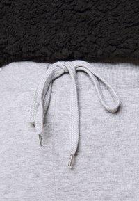 Vero Moda Curve - VMKOKO PANT CURVE - Tracksuit bottoms - light grey melange - 4