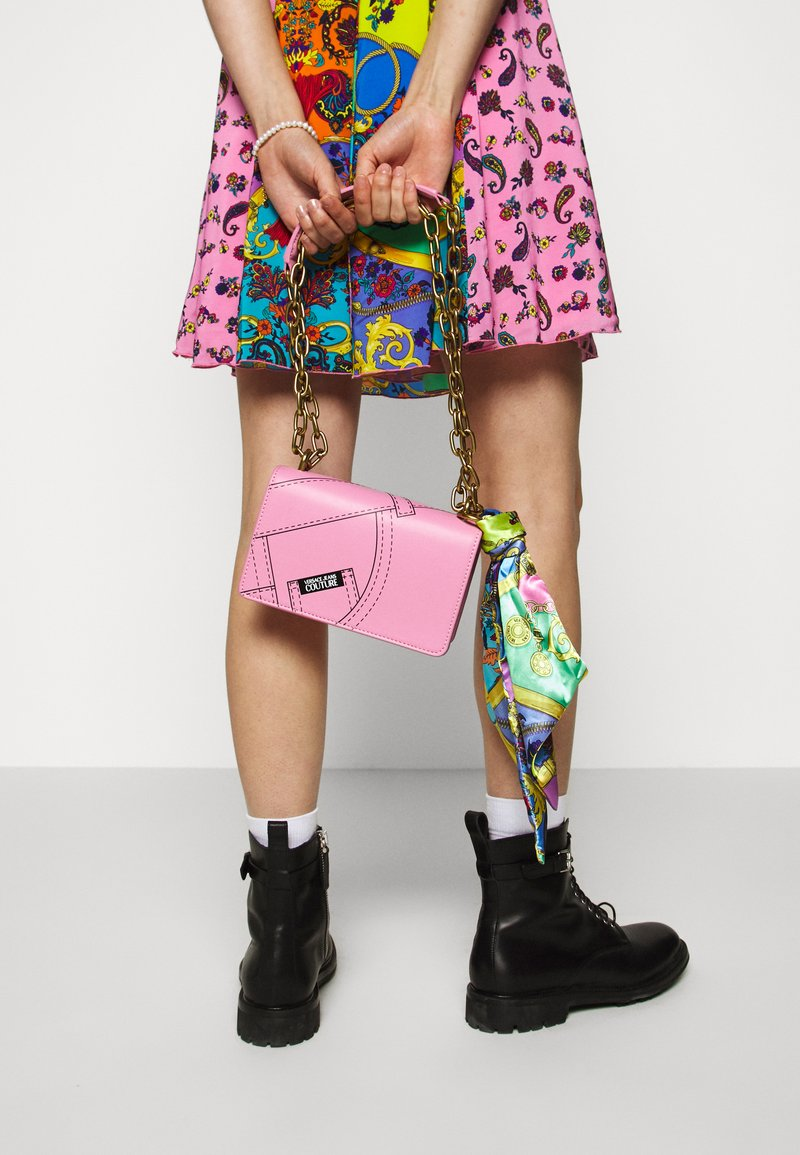 Versace Jeans Couture - CROSS BODY FLAP CHAINCUCITURE - Across body bag - rosa