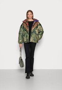 Farm Rio - GREEN COOL LEOPARD REVERSIBLE PUFFER JACKET - Winter jacket - mottled olive - 1