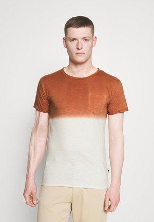 HESS - T-shirt med print - rootbeer