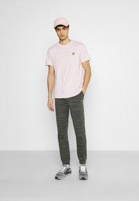 Lyle & Scott - PLAIN - T-shirt - bas - stonewash pink - 1