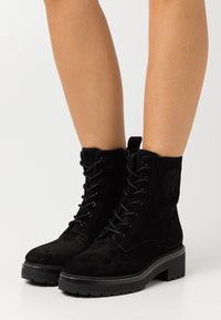 Tory Burch - MILLER LUG SOLE BOOTIE - Platform ankle boots - perfect black - 0