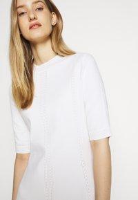HUGO - SHATHA - Pletené šaty - natural - 3