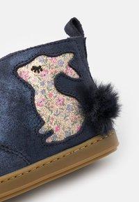 Shoo Pom - BOUBA PIMPIN - Classic ankle boots - blue/platine - 5