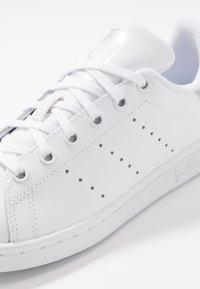adidas Originals - STAN SMITH - Sneakersy niskie - footwear white/core black - 5