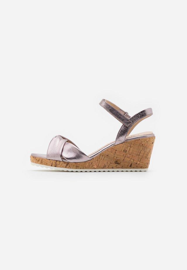 Sandály na platformě - soft pink metallic