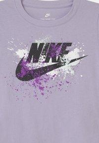 Nike Sportswear - SKY DYE FUTURA BURST - Camiseta estampada - purple chalk - 2