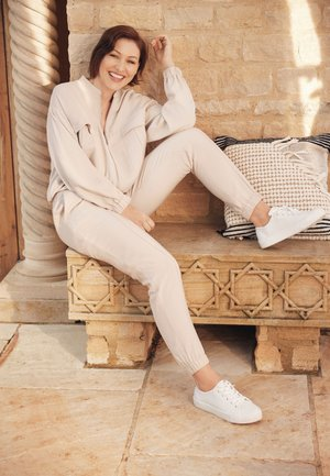 EMMA WILLIS  - Pantalon de survêtement - stone