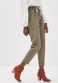 BONOBO Jeans - MIT HOHER TAILLE - Stoffhose - vert kaki - 3