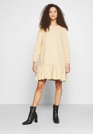 PCASTRID DRESS - Jersey dress - warm sand