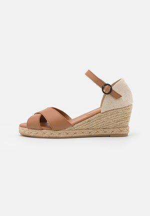 BARBOUR ANGELINE - Sandály na klínu - sand