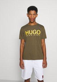 HUGO - DOLIVE - Triko spotiskem - green - 0