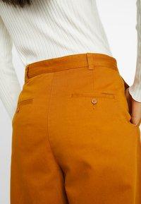 Monki - JAINEY TROUSERS - Kalhoty - camel - 6