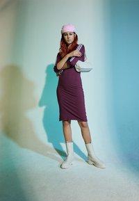adidas Originals - STRIPES DRESS - Vestito di maglina - victory crimson - 1