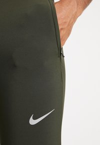 Nike Performance - ESSENTIAL PANT - Träningsbyxor - sequoia/reflective silver - 6